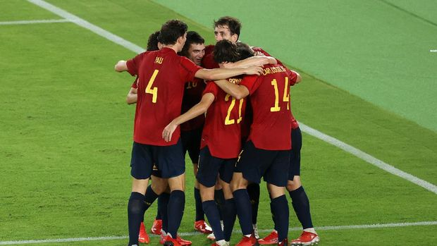 YOKOHAMA, JAPAN - AUGUST 07: Mikel Oyarzabal #11 of Team Spain celebrates with team mates after scoring their side's first goal during the Men's Gold Medal Match between Brazil and Spain on day fifteen of the Tokyo 2020 Olympic Games at International Stadium Yokohama on August 07, 2021 in Yokohama, Kanagawa, Japan. (Photo by Clive Mason/Getty Images)