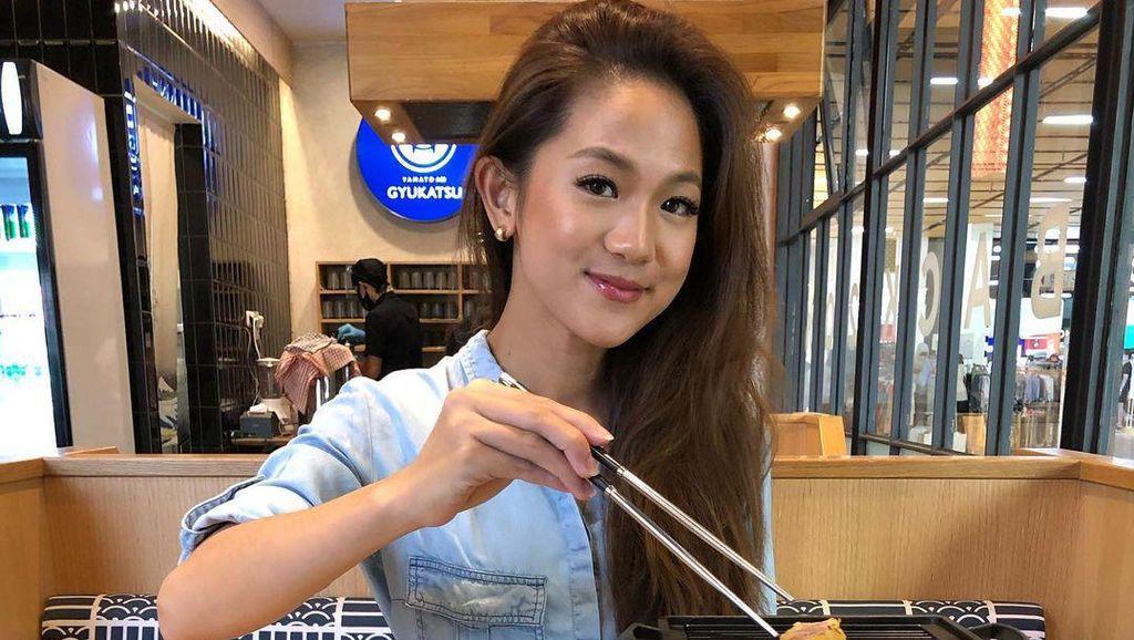 10 Potret Lidya, Pacar Cantik Nobu Saat Hangout di Kafe