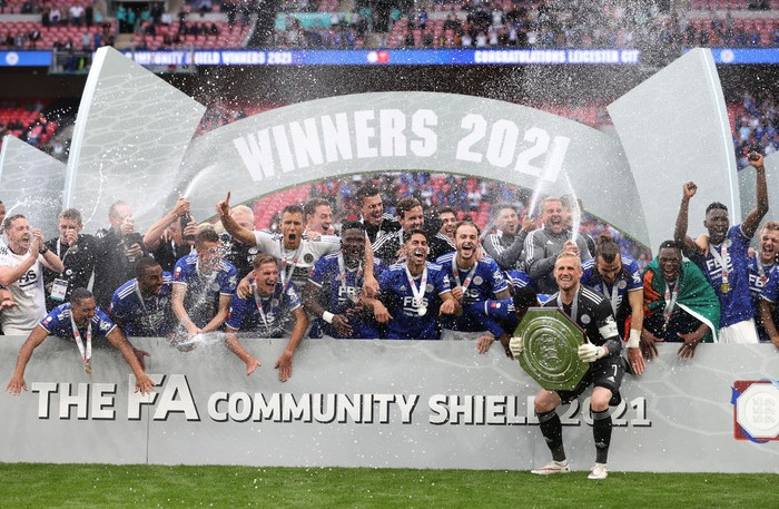 LONDON, ENGLAND - AUGUST 07: Kasper Schmeichel of Leicester City lifts The FA Community Shield as his team mates celebrate following victory in The FA Community Shield Final between Manchester City and Leicester City at Wembley Stadium on August 07, 2021 in London, England. (Photo by Catherine Ivill/Getty Images)