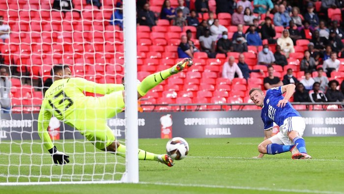 LONDON, ENGLAND - AUGUST 07: Jamie Vardy of Leicester City shoots during The FA Community Shield Final between Manchester City and Leicester City at Wembley Stadium on August 07, 2021 in London, England. (Photo by Catherine Ivill/Getty Images)