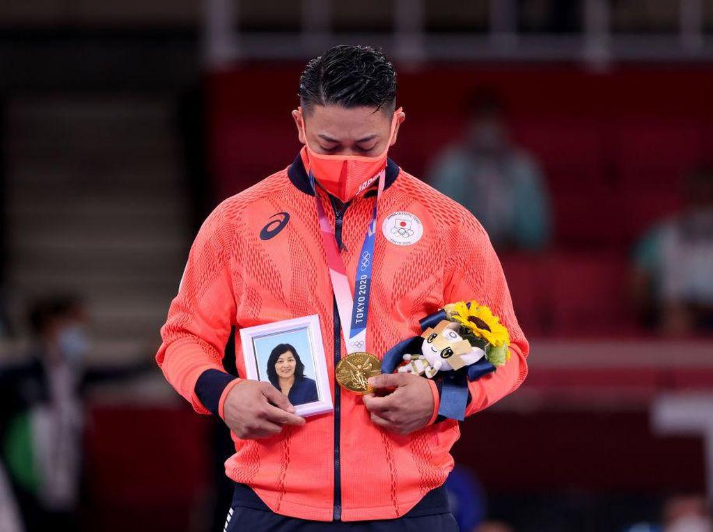 Haru, Atlet Karate Bawa Foto Mendiang Ibu Saat Dapat Medali Emas di Olimpiade