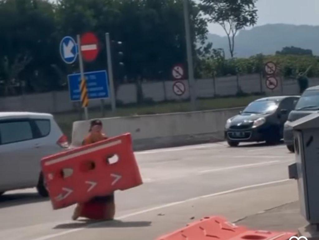 Wanita Diduga ODGJ Ngamuk Lempar Pembatas Jalan di Tol Soroja