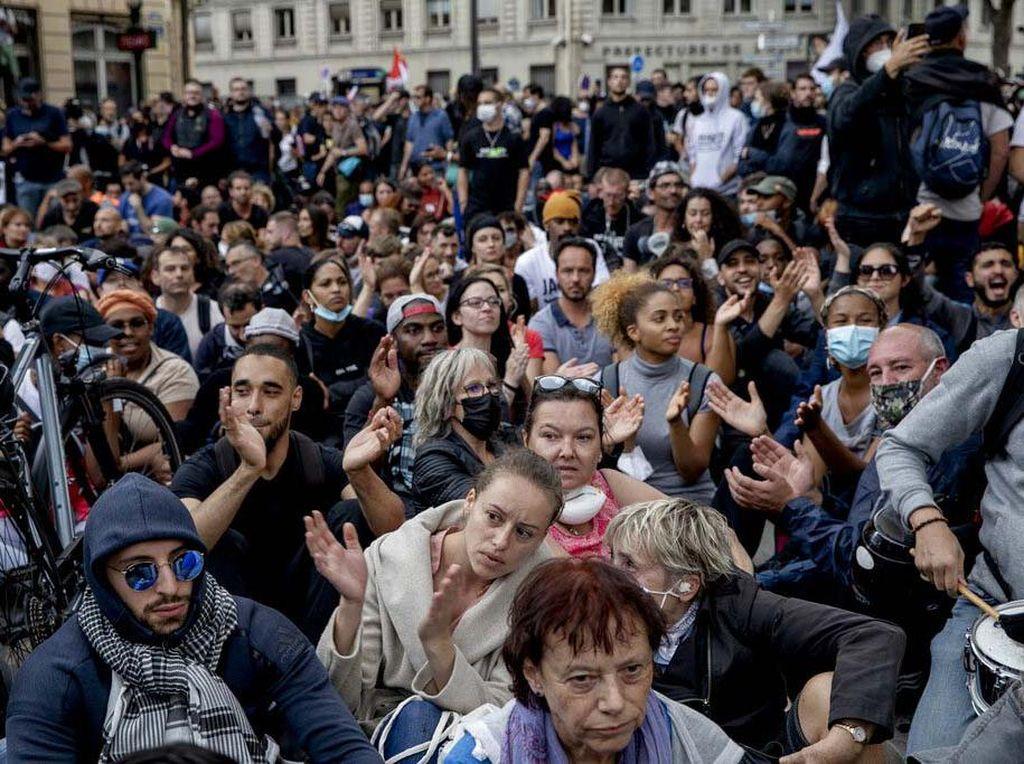 Ribuan Warga Protes Kartu Sehat Presiden Macron