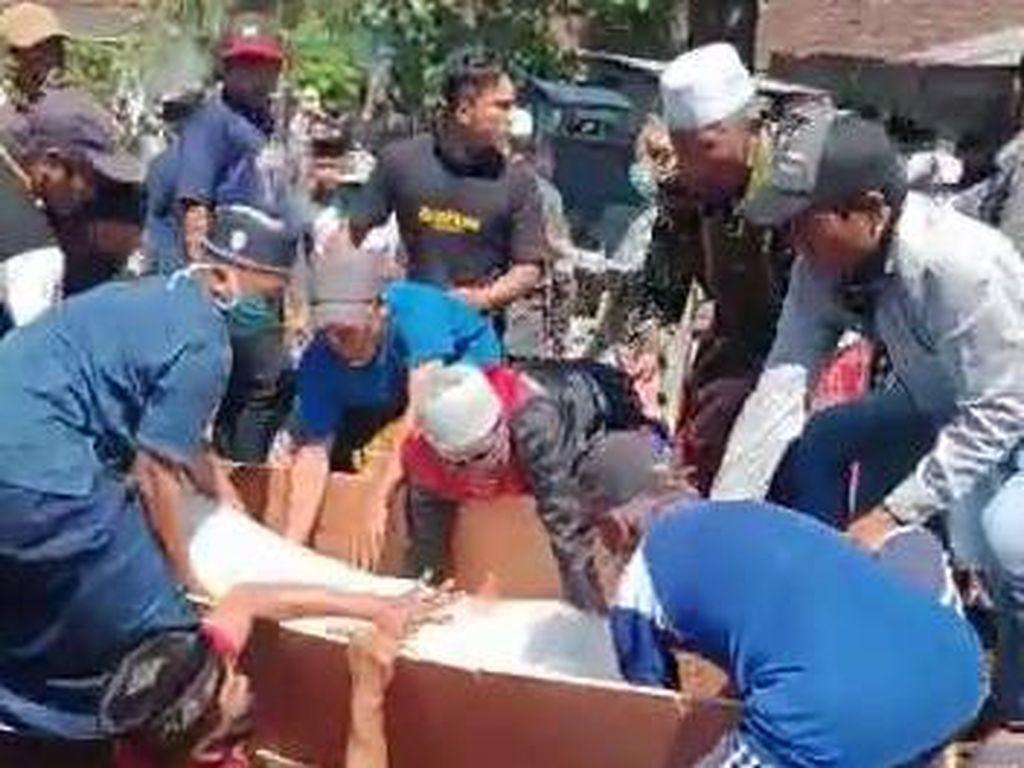 Puluhan Warga Probolinggo Rebut Jenazah COVID-19, Satgas Marah