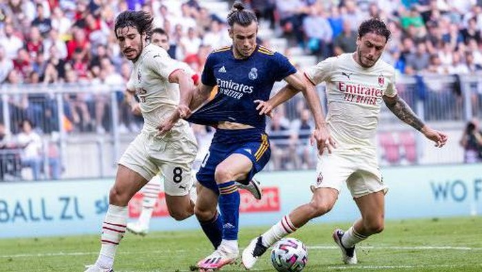 AC Milans Italian midfielder Sandro Tonali (L), Real Madrids Welsh forward Gareth Bale (C) and AC Milans Italian defender Davide Calabria vie for the ball during the international friendly football match between Real Madrid and AC Milan at the Worthersee-Stadion in Klagenfurt, Austria, on August 8, 2021. (Photo by Johann GRODER / various sources / AFP) / Austria OUT