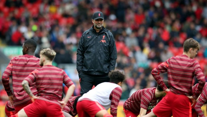 LIVERPOOL, ENGLAND - AUGUST 08: Liverpool manager Jurgen Klopp chats with players as kick off is delayed during the pre-season friendly match between Liverpool and Athletic Club at Anfield on August 08, 2021 in Liverpool, England. (Photo by Jan Kruger/Getty Images,)