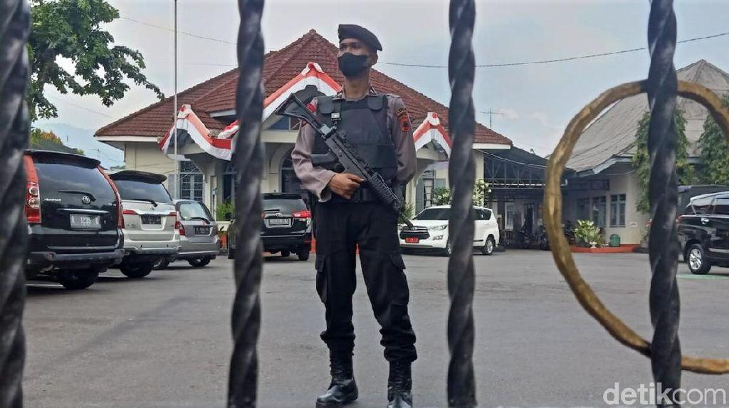 Polisi Bersenjata Jaga Kantor Dinas PUPR Banjarnegara, Ada Apa?