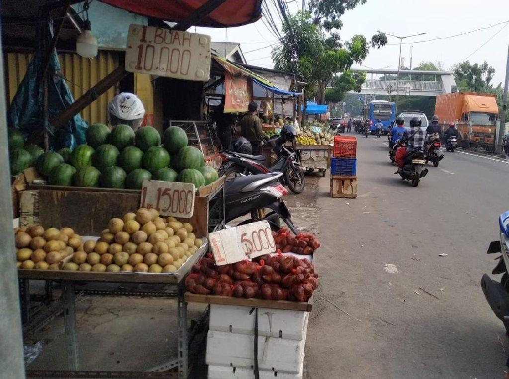 Solusi Sementara ke PKL di Trotoar Pasar Induk Kramat Jati: Dagang Malam