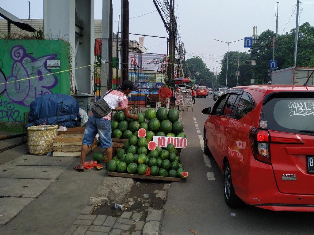 Alasan-alasan PKL Penuhi Trotoar Pasar Induk Kramat Jati