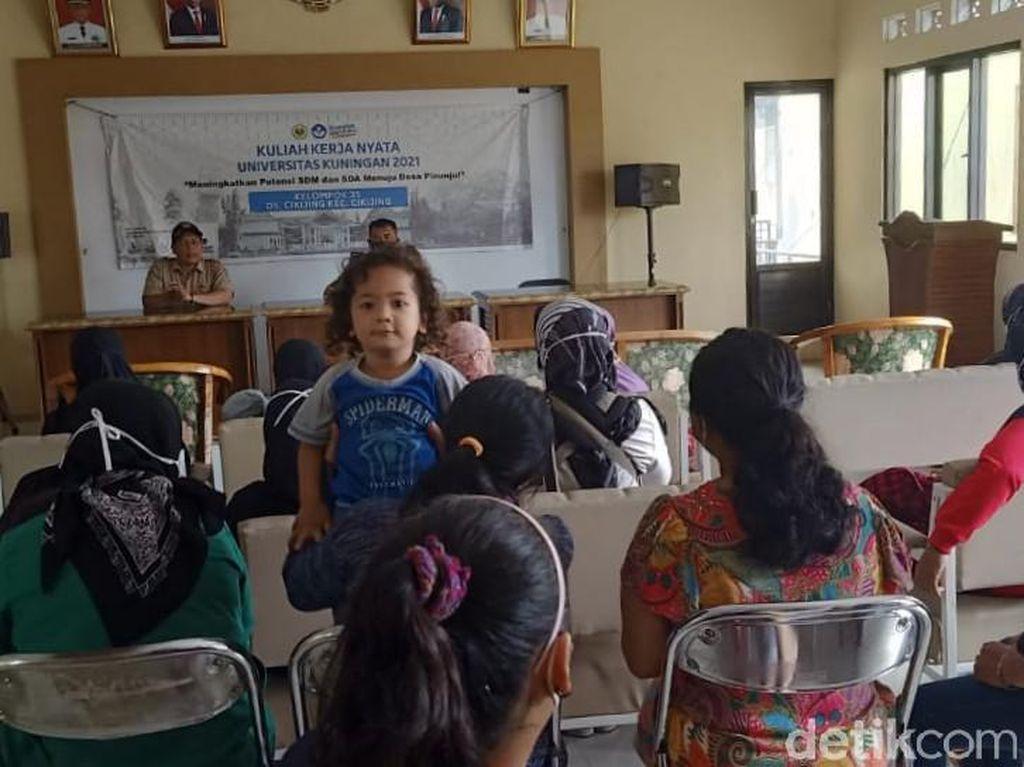 Tak Terdaftar Bansos, Puluhan Emak-emak di Majalengka Geruduk Kantor Desa