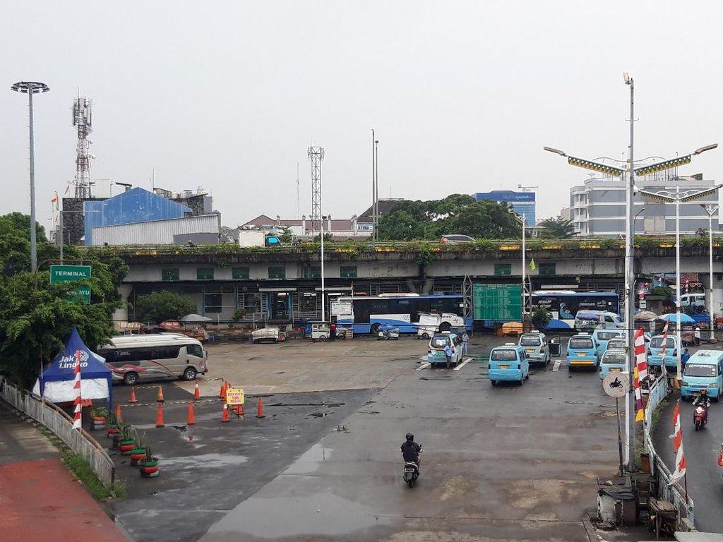 Suasana Terminal Kampung Melayu Saat Perpanjangan PPKM Level 4
