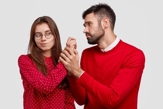 Rasa kecemasan berlebih dapat berujung dengab sikap posesif dan membatasi ruang gerak pasangan.
