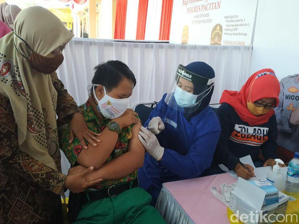 Vaksinasi Keluarga di Karawang Berkerumun, Warga Antusias