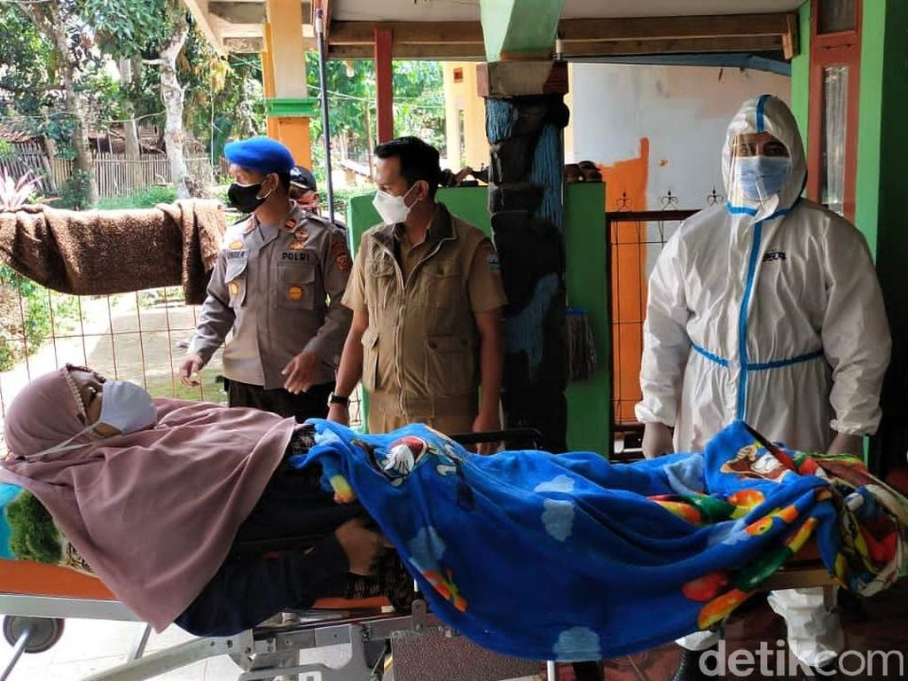 Evakuasi Pasien Corona ke Lokasi Isoman di Garut
