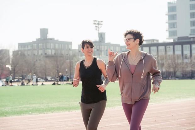 Olahraga dengan rutin untuk mengecilkan perut buncit.