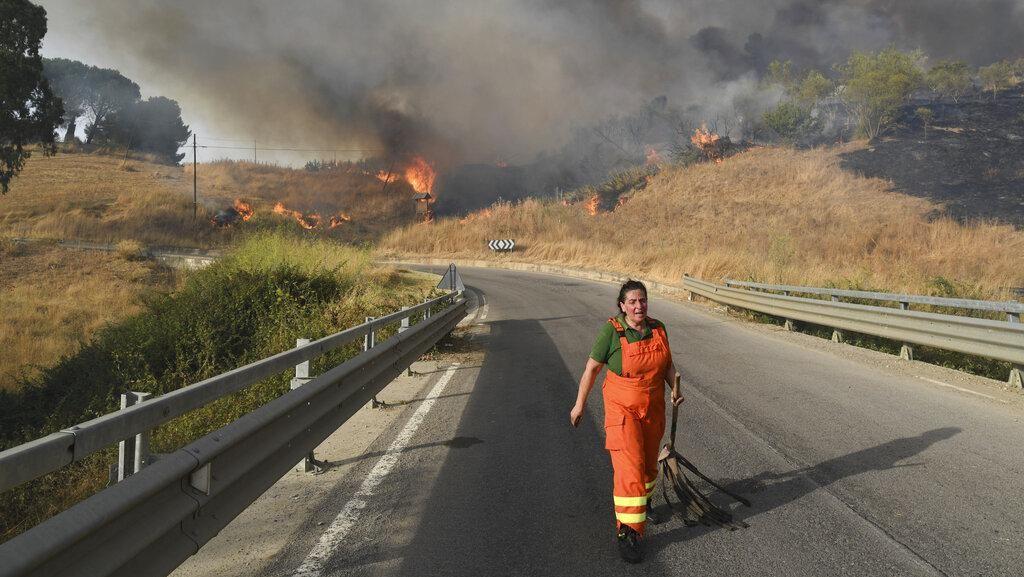 Potret Kebakaran Hutan yang Melanda Italia