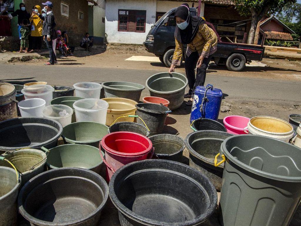 Kekeringan Melanda, Warga Garut Antre Air Bersih