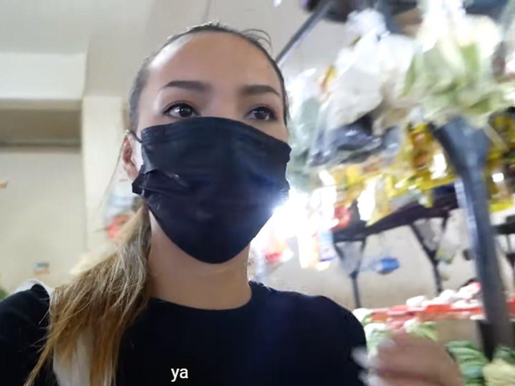 Pengalaman Bule Cantik Belanja di Pasar Karbela, Beli Kangkung dan Pepaya!