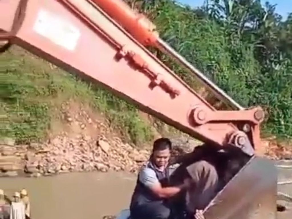 Detik-detik Ibu dan Bayi Diangkut Ekskavator Seberangi Sungai di Lebak