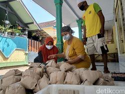 Ibu-ibu Ini Setiap Hari Bagikan 800 Nasi Bungkus ke Warga Terdampak COVID-19