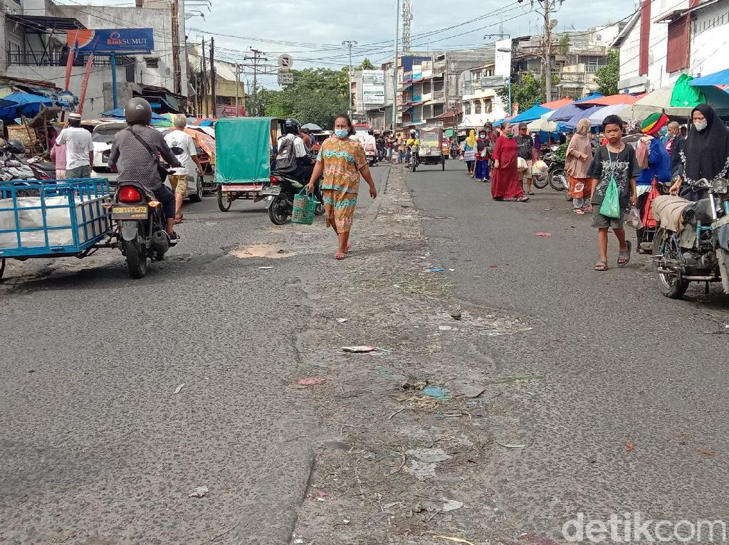 Dear Bang Bobby, Warga Minta Jalan Depan Pasar Sukaramai Medan Diperbaiki