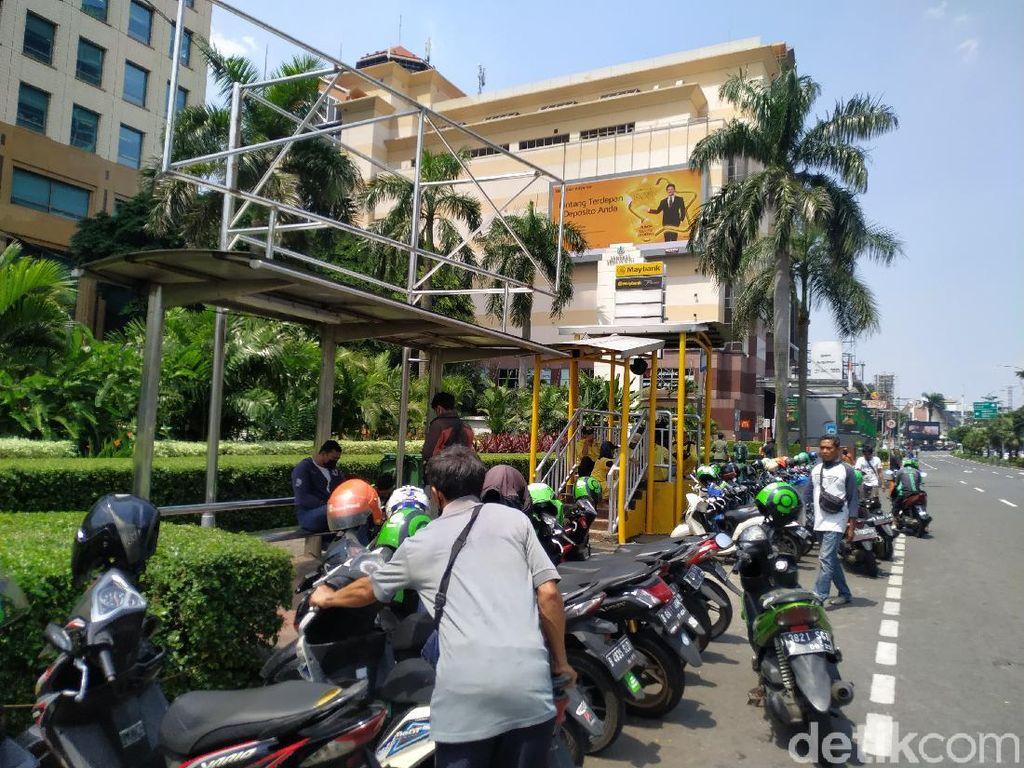 Halte Depan Plaza Senayan Jadi Tempat Ojol, Pemkot Minta Penjagaan Dishub