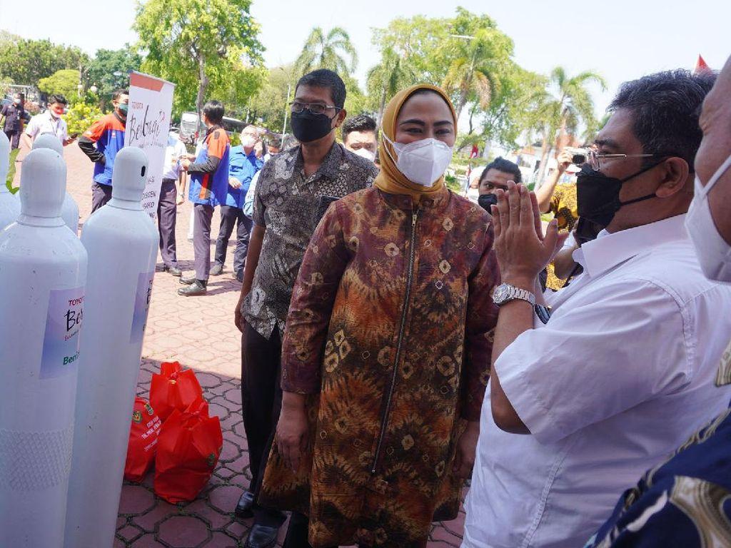 Penyaluran Bantuan Tabung Oksigen di Karawang