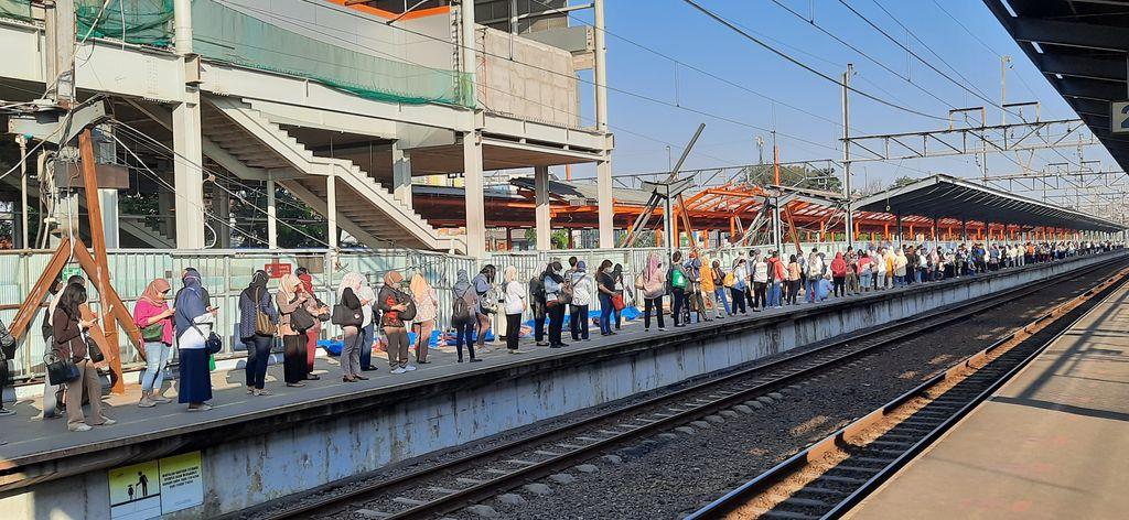 Penumpang KRL ramai di Stasiun Bekasi, Kamis (12/8/2021) pagi.