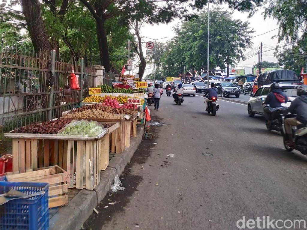 Suara PKL di Trotoar Pasar Induk Kramat Jati: Zaman COVID Keuangan Susah