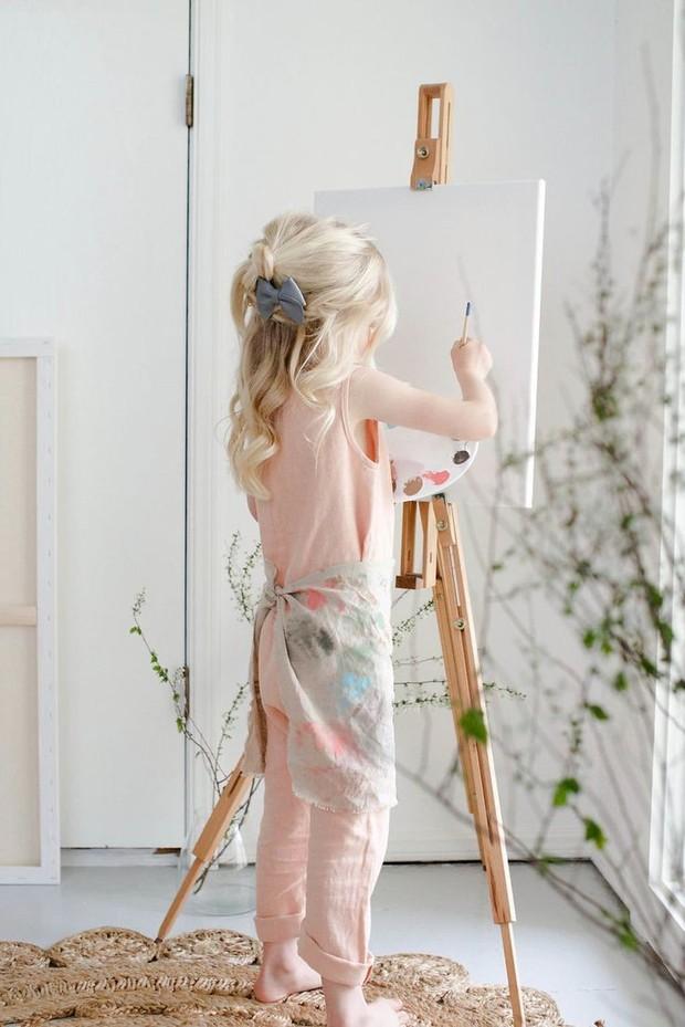 Seorang anak yang tengah melukis