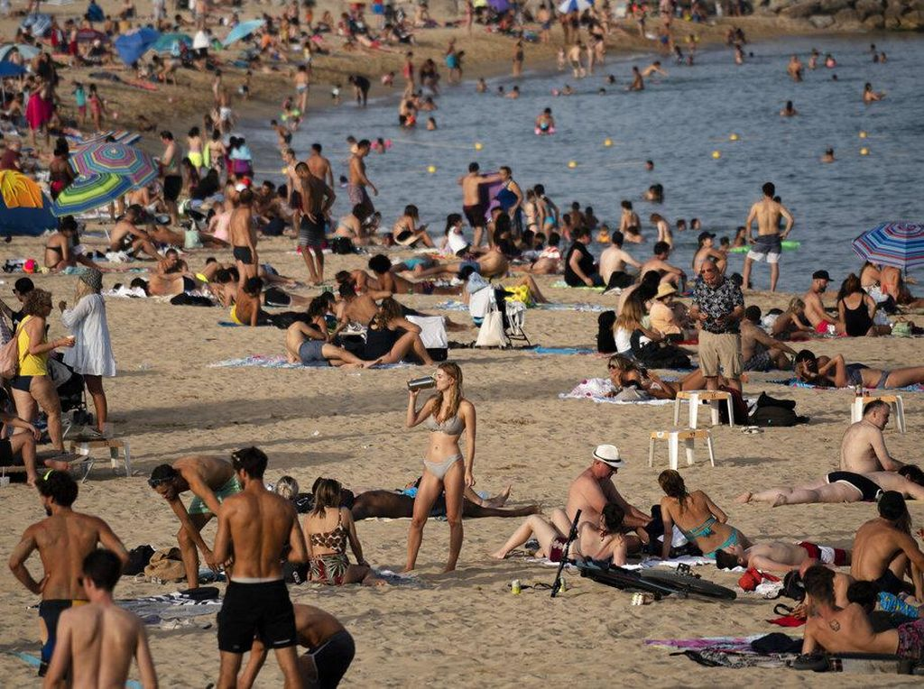 Pantai di Spanyol Ramai Banget Gegara Neraka Bocor