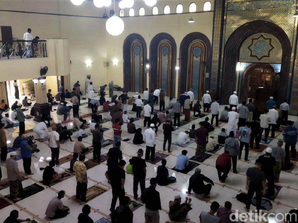 Salat Jumat Berjamaah di Masjid Agung Cimahi Terapkan Prokes Ketat