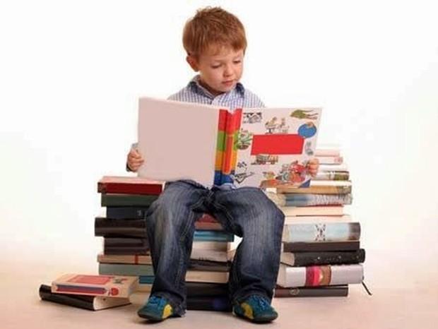 Anak yang tengah membaca buku