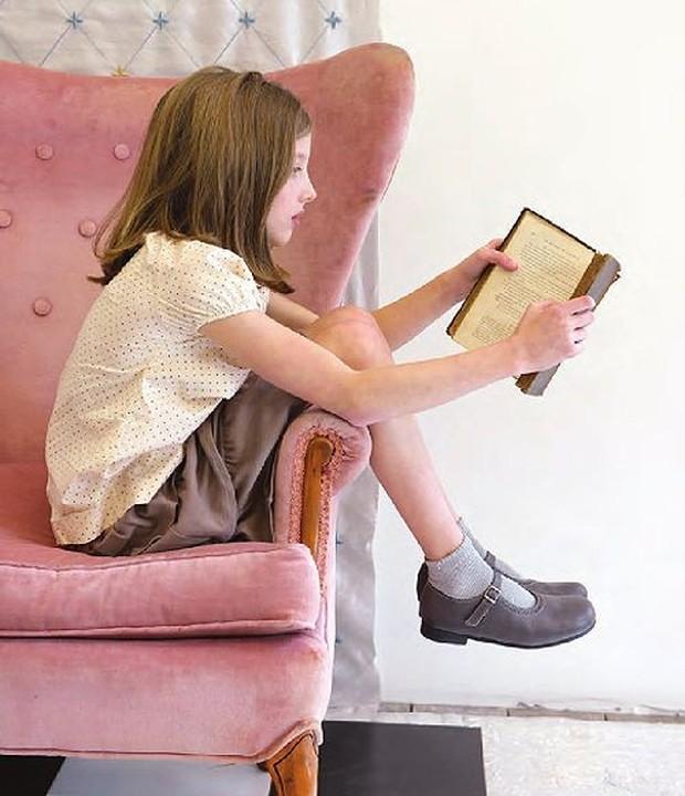 Seorang anak dengan bukunya