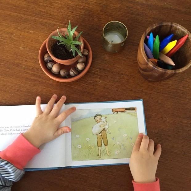 Anak yang membaca buku