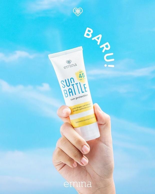 Emina Sun Battle SPF 45 PA+++ memiliki tekstur yang ringan dan cepat meresap di kulit.