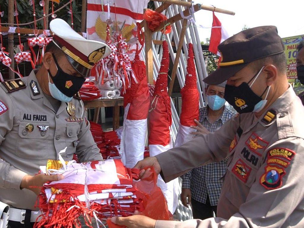 Semringahnya Penjual Bendera di Gresik Ini Saat Dagangannya Diborong Polisi