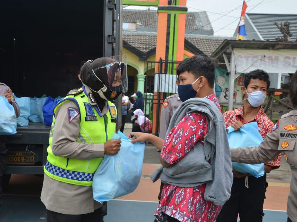 Cara Polisi Bujuk Siswa-Siswi SLB di Bekasi Ikut Vaksinasi COVID