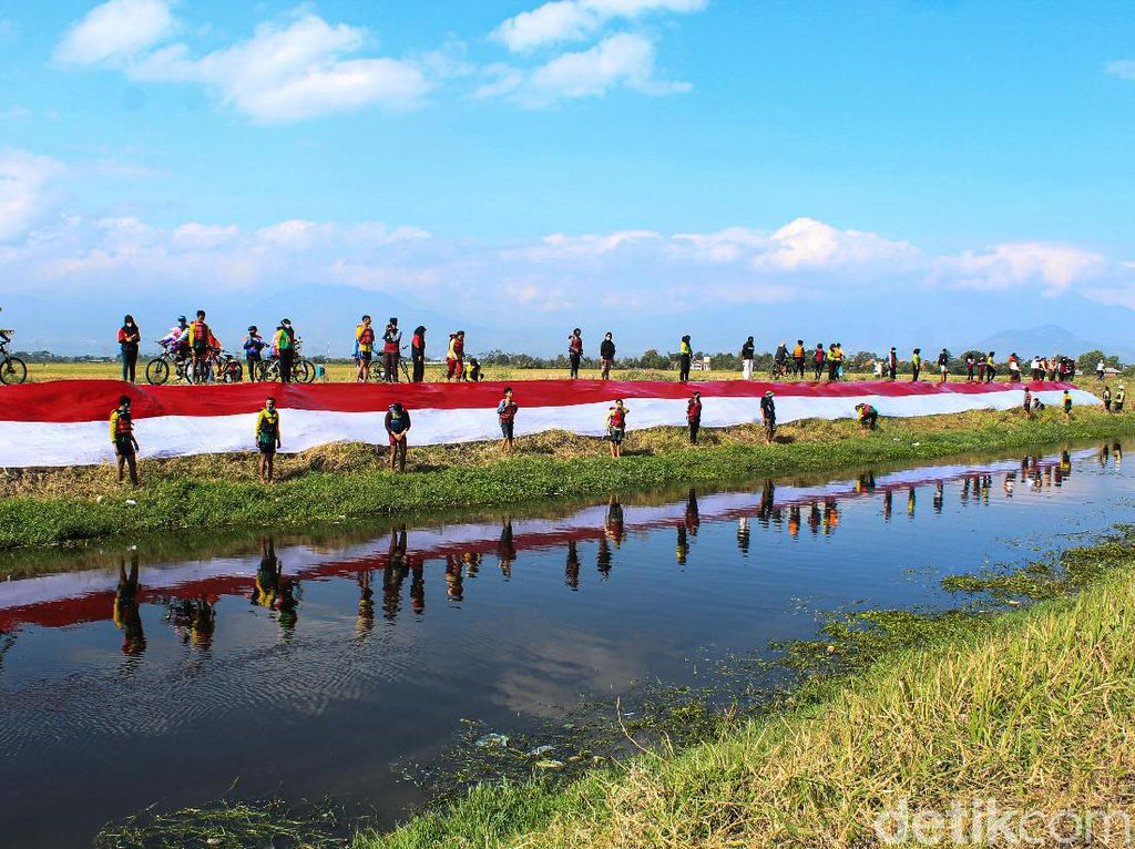 Wow, Bendera Merah Putih Sepajang 76 Meter Berkibar di Rancaekek