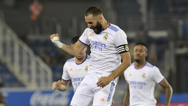 Real Madrid's Karim Benzema celebrates after scoring his side's opening goal during a Spanish La Liga soccer match between Alaves and Real Madrid at the Mendizorroza stadium in Vitoria, Spain, Saturday, Aug. 14, 2021. (AP Photo/Alvaro Barrientos)