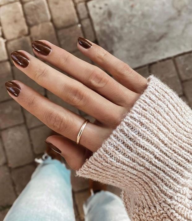 Warna kutek cokelat merupakan pilihan warna yang chic dan serbaguna, serta warna ini cocok untuk setiap gaya dan warna kulit.