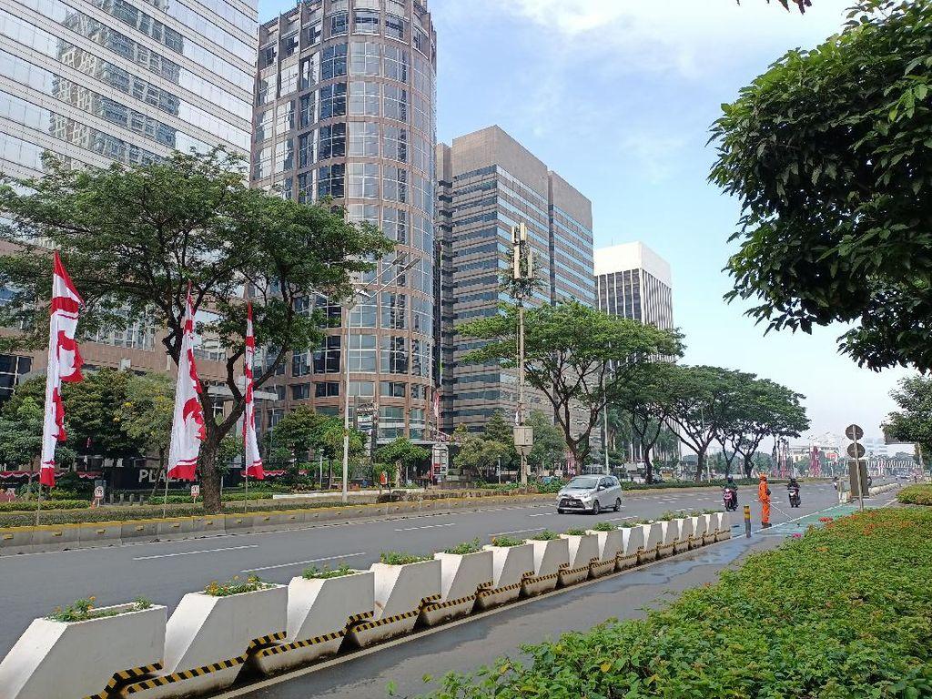 Jakarta PPKM Level 4, Beberapa Warga Bersepeda-Joging di Jalan Sudirman