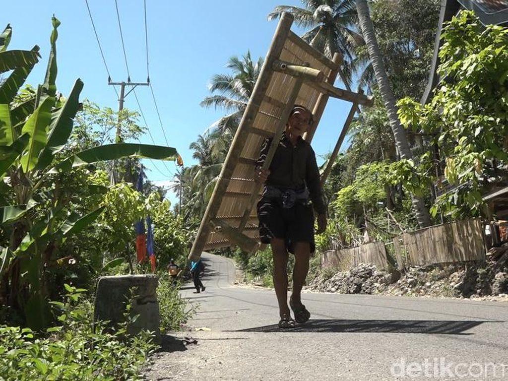 Kisah Pedagang Lansia di Polman, Pikul Bale-Bale Bambu Belasan Kilometer