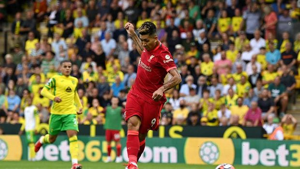 NORWICH, ENGLAND - AUGUST 14: Roberto Firmino of Liverpool scores their side's second goal during the Premier League match between Norwich City and Liverpool at Carrow Road on August 14, 2021 in Norwich, England. (Photo by Shaun Botterill/Getty Images)