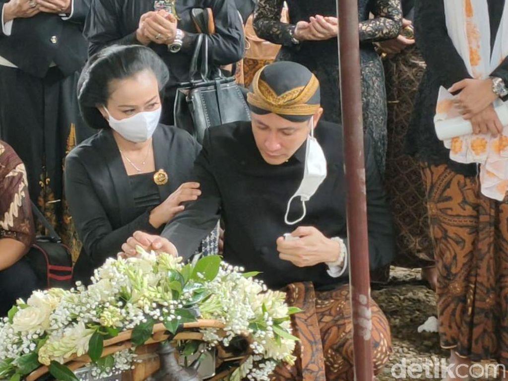Tangis Paundra di Pusara KGPAA Mangkunegara IX