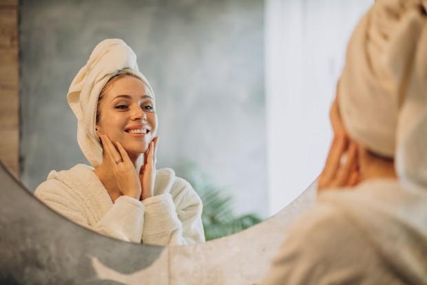 Cukup dengan rutin memijat wajah, kamu dapat merasakan beragam manfaat baik untuk kesehatan kulitmu.