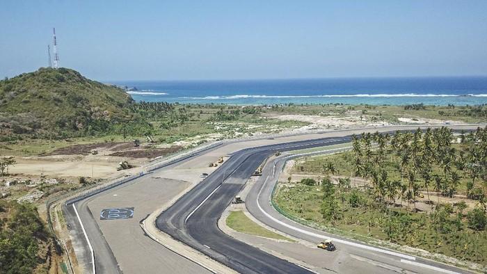 Foto udara tikungan ke 5 dan tikungan ke 6 lintasan Mandalika International Street Circuit di Kawasan Ekonomi Khusus (KEK) Mandalika, Pujut, Praya, Lombok Tengah, NTB, Minggu (15/8/2021). Sirkuit Mandalika merupakan salah satu sirkuit terbaik menggunakan teknologi