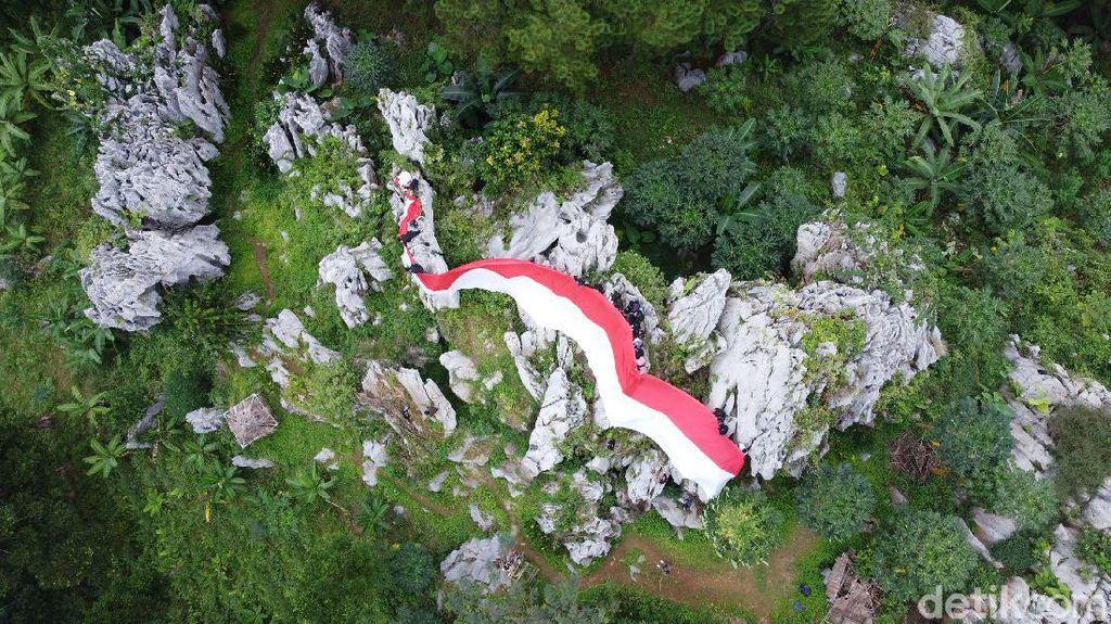 Bendera Merah Putih Raksasa Membentang di Puncak Bukit Karang Gumantung