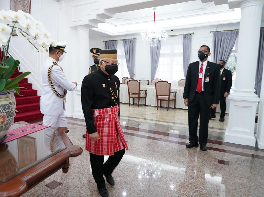 Maruf Amin Hadiri Sidang Tahunan MPR Berbaju Adat Sulawesi Barat