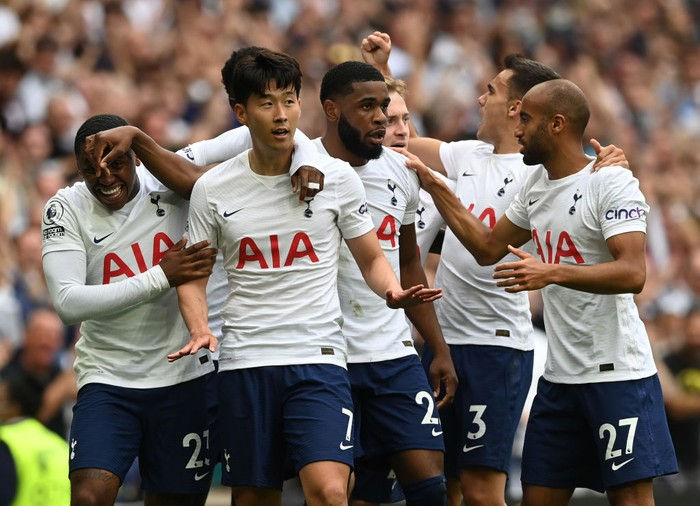 LONDON, ENGLAND - AUGUST 15:  Heung-Min Son of Tottenham Hotspur is congratulated by team mates after scoring their sides first goal during the Premier League match between Tottenham Hotspur  and  Manchester City at Tottenham Hotspur Stadium on August 15, 2021 in London, England. (Photo by Shaun Botterill/Getty Images)